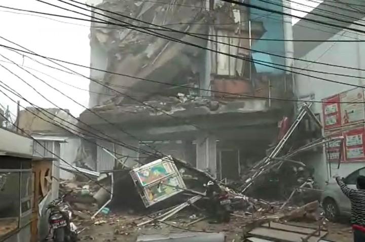 Gedung di Palmerah Jakbar Ambruk, 2 Orang Terluka