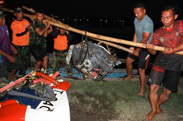 Evakuasi Pesawat Latih Mendarat di Area Sidoarjo Pakai Perahu