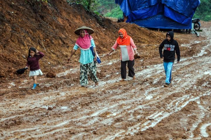 Jalan Berlumpur Warga Kampung Cigobang Lebak