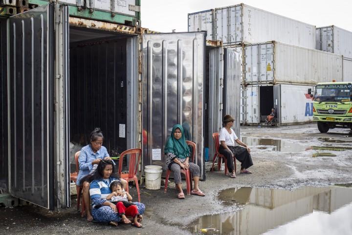 Warga Kampung Sepatan Terpaksa Mengungsi di Peti Kemas