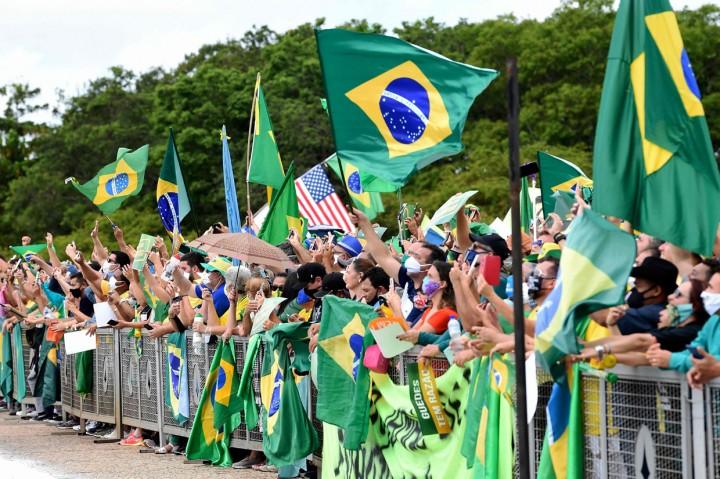 Ikut Demo, Presiden Brasil Bolsonaro Lepas Masker