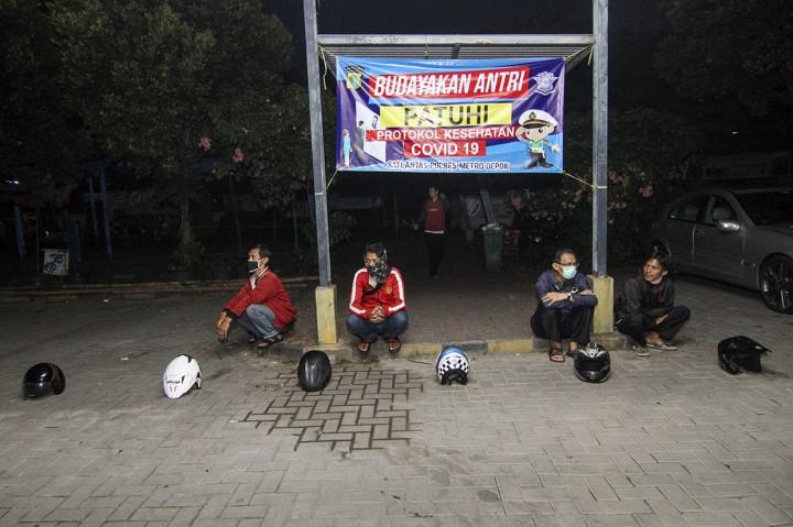 Helm Ikut Antre Perpanjangan SIM di Satpas Pasar Segar Depok