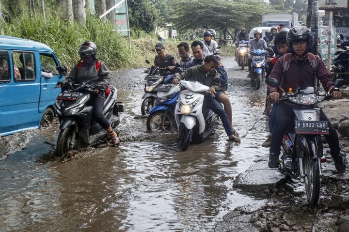 Jalan Raya Bojonggede-Citayam Seperti Kubangan Kerbau