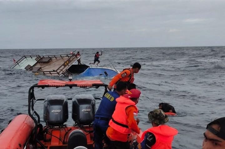 Evakuasi Penumpang Kapal Guide DCDC yang Tenggelam di Perairan