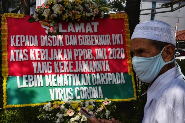 Orang Tua Siswa Kirim Karangan Bunga Tolak PPDB DKI ke Balai Kota