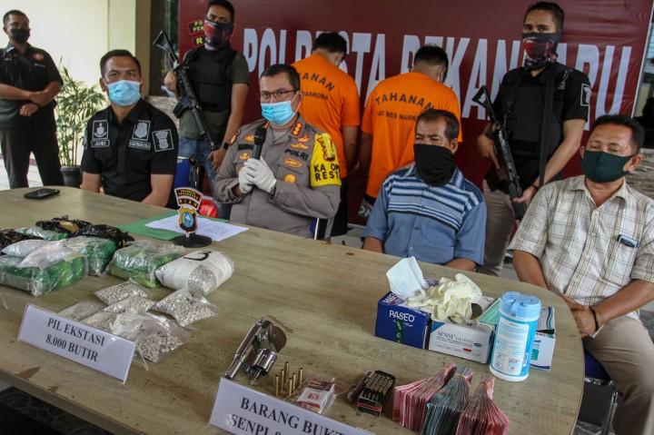 Polisi Ringkus Dua Pengedar Narkoba Bersenjata Api