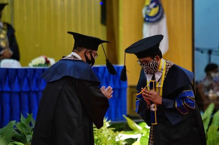 Mendes PDTT Terima Gelar Doktor Honoris Causa dari UNY