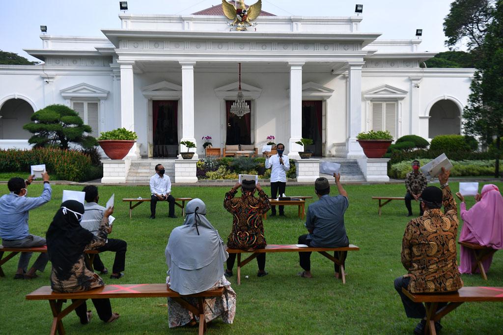 Jokowi Serahkan Bantuan Modal untuk Usaha Mikro dan Kecil ...