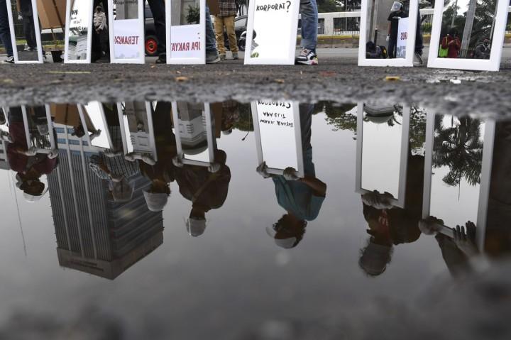 Cermin untuk DPR di Gerakan #BersihkanIndonesia Tolak Omnibus Law