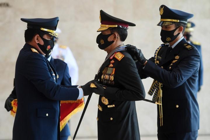 Panglima TNI Sematkan Tiga Tanda Kehormatan ke Kapolri