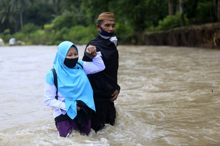 Miris! Siswa dan Guru Harus Seberangi Sungai untuk Belajar Luar