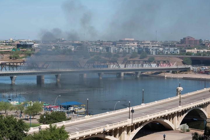Sebuah Kereta Barang Tergelincir dan Terbakar di Arizona
