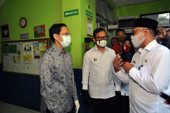 Nadiem Sapa Siswa Saat Pantau PJJ Sekolah di Bogor