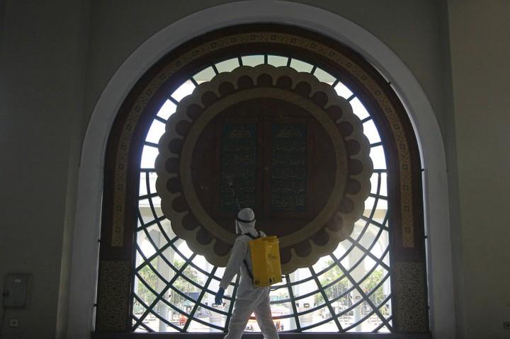 Jelang Iduladha, Masjid Al Akbar Surabaya Disemprot Disinfektan