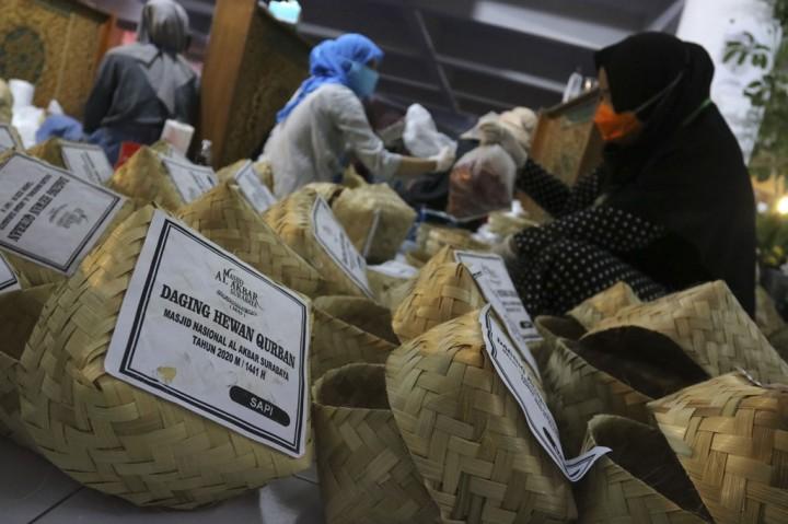 Bagi-bagi Daging Kurban Tanpa Kantong Plastik