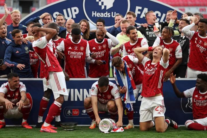 Momen Aubameyang Jatuhkan dan Rusak Trofi Piala FA