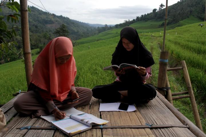 Kesulitan Akses Internet, Siswa di Pelosok Enrekang Belajar di