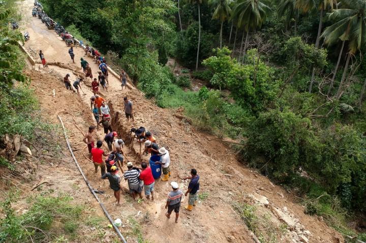 Longsor Tutup Akses Keluar Masuk Desa Olele Bone Bolango