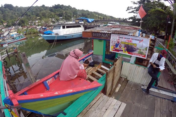 Melihat Taman Bacaan Gratis di Tepi Sungai Batang Arau