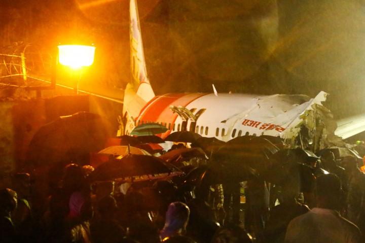 Pesawat Tergelincir dan Terbelah di India, 17 Tewas