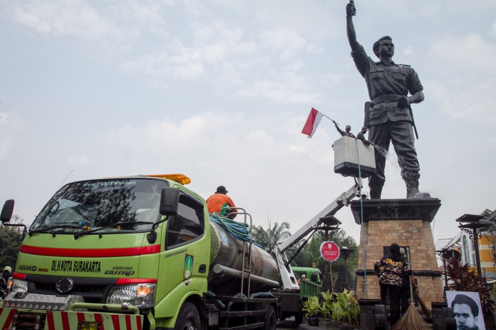 Jelang HUT RI, TNI dan FKPPI Bersihkan Patung Pahlawan Nasional