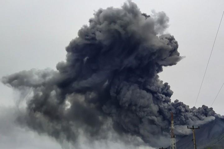 Sinabung Terus Semburkan Debu Vulkanik