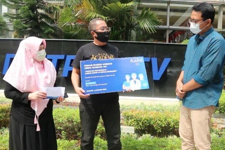 Media Academy Serahkan Donasi Hasil Webinar kepada Dompet