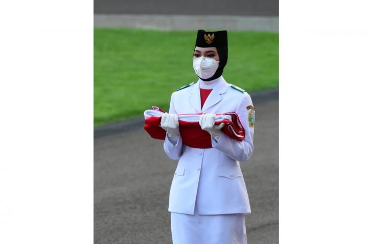 Upacara Penurunan Bendera Merah Putih di Istana Berlangsung