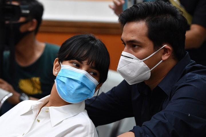Didampingi Suami, Vanessa Angel Jalani Sidang Perdana Kasus