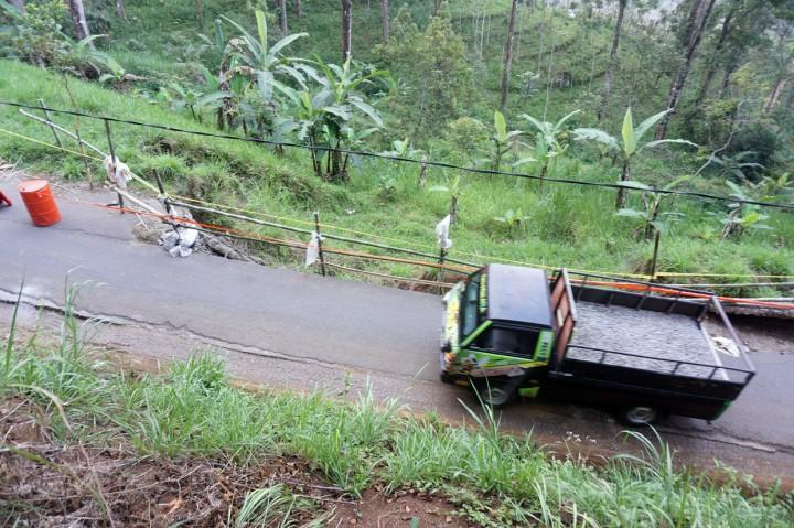 Jalan Sirip di Selingkar Wilis Ambrol Akibat Longsor