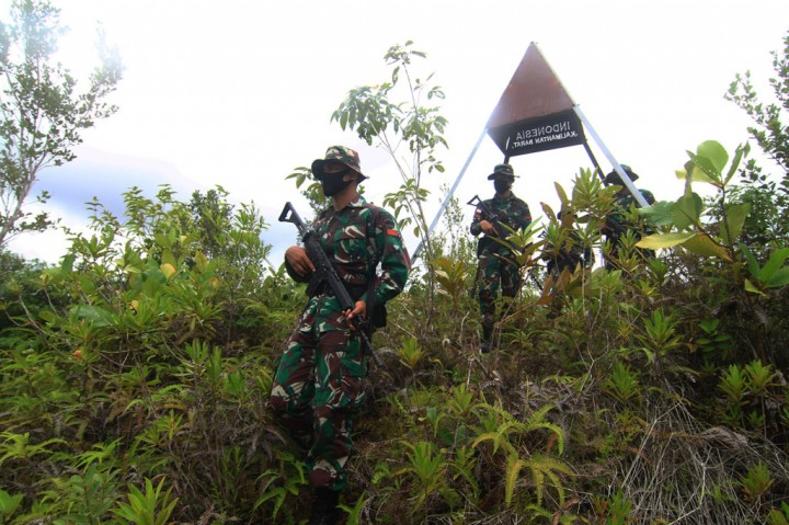 Prajurit TNI Berikan Bimbel Bahasa Inggris di Perbatasan