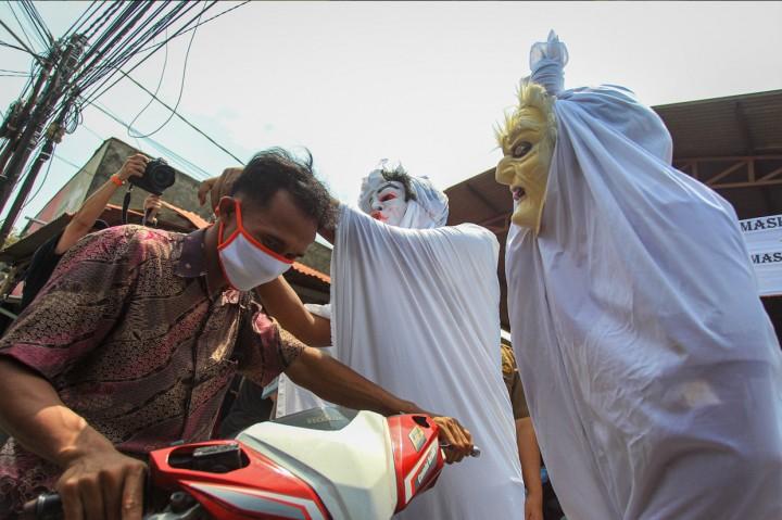 Ketika Pocong Sosialisasi Bahaya Covid-19 di Tangerang