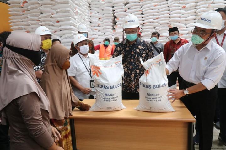 Menko PMK Pantau Persiapan Distribusi Bansos Beras di Kediri