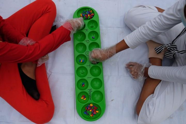 Warga Antusias Main Permainan Tradisional di Lapangan Merdeka