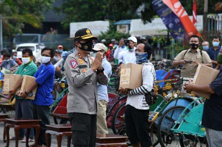 Hari Lalu Lintas, Korlantas Bagikan Sembako untuk Pengayuh Becak