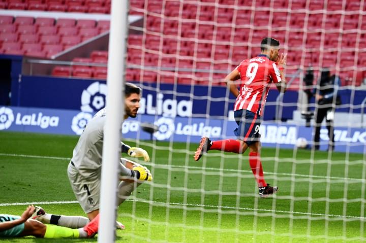Brace Suarez Bawa Aletico Madrid Gilas Granada 6-1