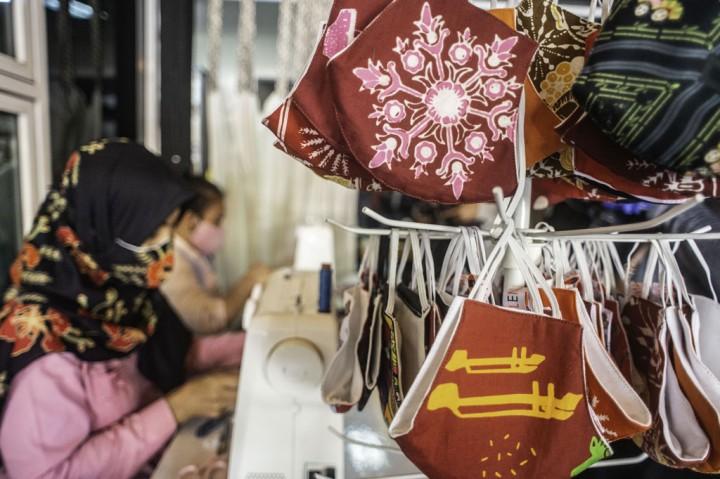 Perajin di Rawamangun Buat Masker Berbahan Kain Batik