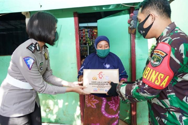 Korlantas Beri Bantuan Warga Korban Banjir Kali Krukut