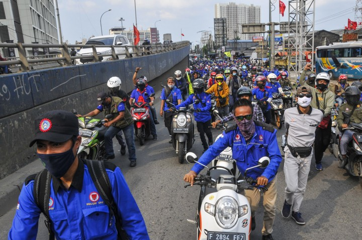 Ratusan Buruh di Cikarang Gelar Aksi Dorong Motor