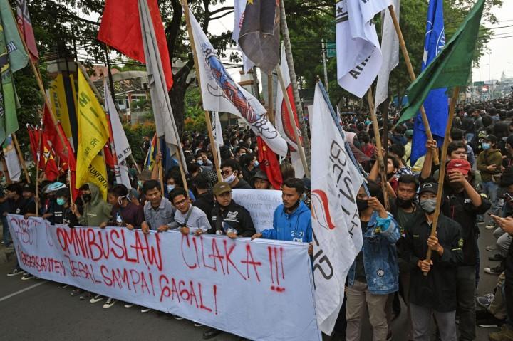 Tolak UU Cipta Kerja, Mahasiswa di Banten Bakar Ban dan Blokir