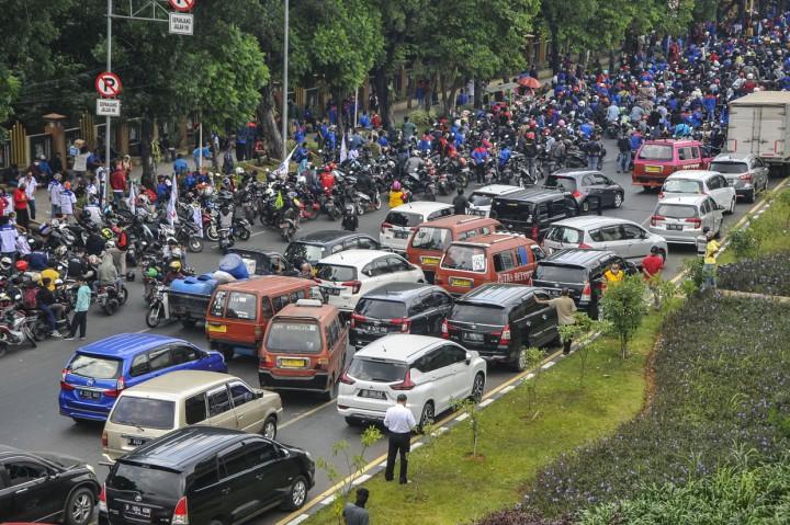Tolak UU Ciptaker, Ribuan Buruh Blokir Jalan di Bekasi