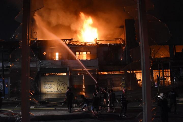 Potret Terbakarnya Bangunan Bekas Bioskop Grand Theater Senen