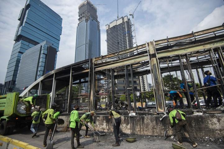 Petugas Bersihkan Sisa-sisa Kericuhan Unjuk Rasa di Jakarta