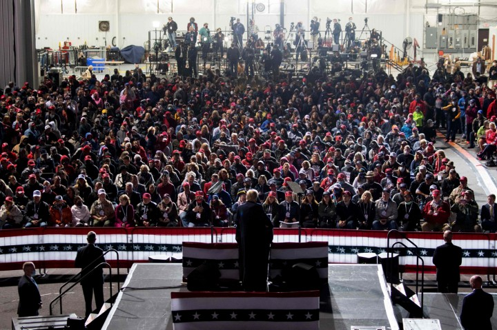 Negatif Covid-19, Trump Lempar Masker ke Pendukung