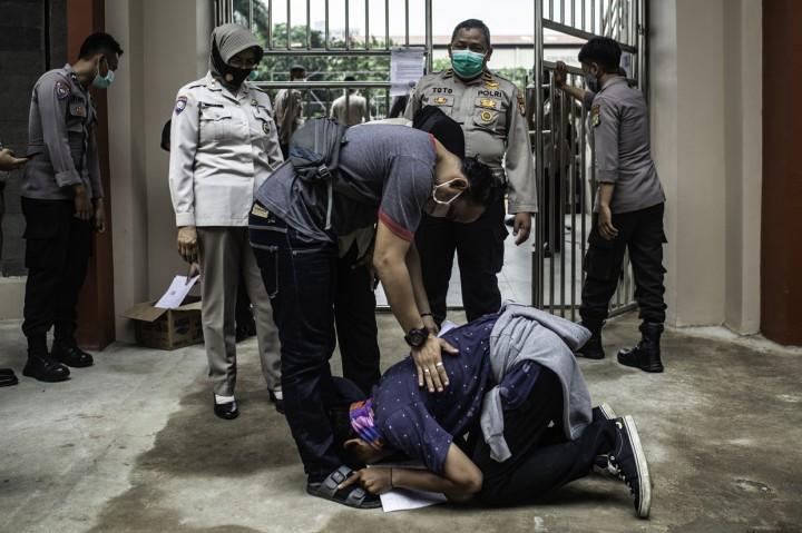 Momen Haru Pemulangan Ratusan Peserta Aksi dari Polda Metro Jaya