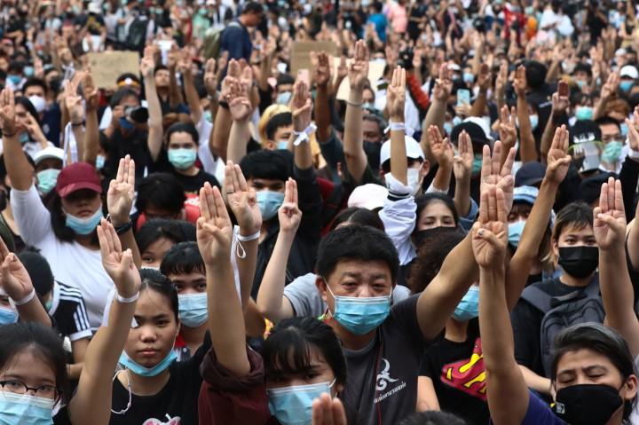 Potret Lautan Manusia dalam Aksi Menentang Dekrit Darurat