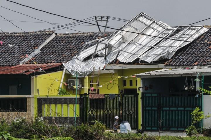 Beberapa Rumah Warga Cikarang Rusak Diterjang Angin Kencang