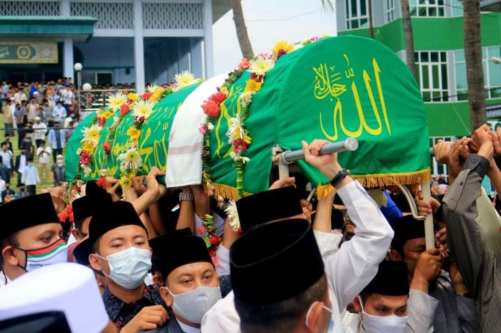 Ribuan Orang Iringi Pemakaman KH Abdullah Syukri Zarkasyi
