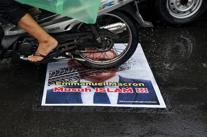 Potret Poster Presiden Prancis yang Ditempel di Jalan Yogyakarta