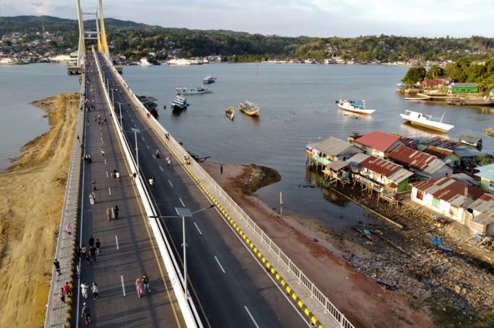 Jembatan Teluk Kendari Dipadati Warga